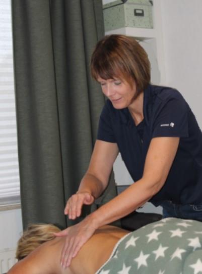 Massage van de rug door Linda Marsman
